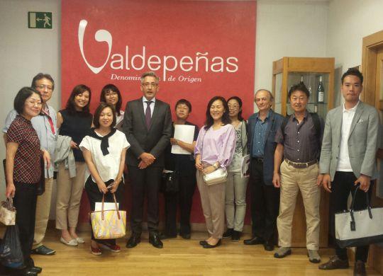 El presidente de la D.O. Valedepeñas recibe a los componentes de la misión japonesa